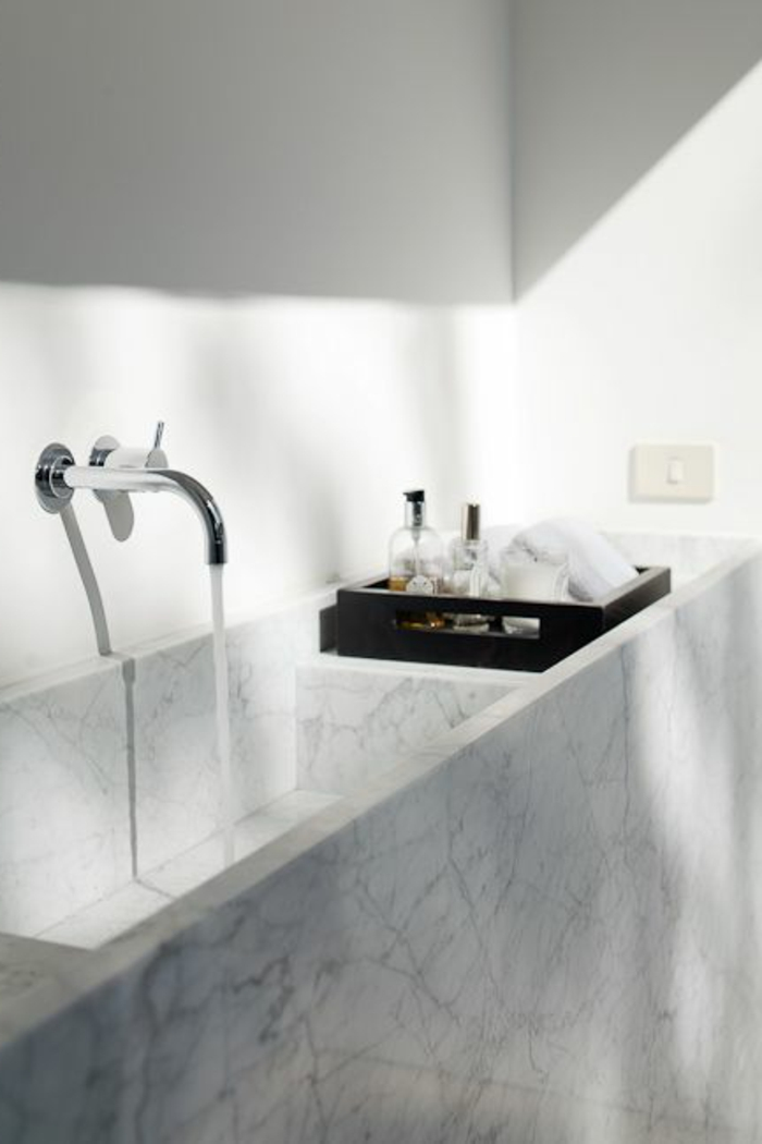 jolie-salle-de-bain-en-marbre-modele-de-salle-de-bain-moderne-en-marbre-blanc