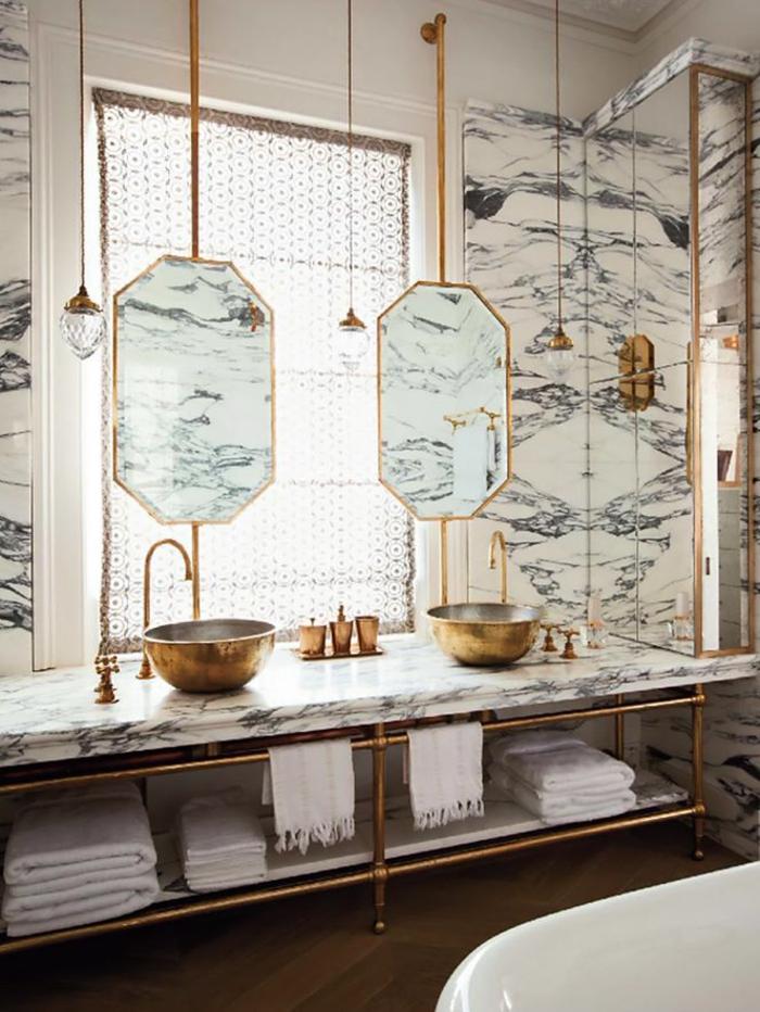 jolie-salle-de-bain-retro-chic-avec-vasques-en-marbre-comment-bien-amenager-la-salle-de-bain