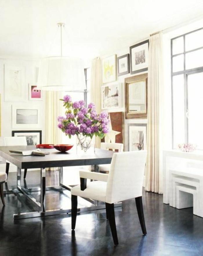 jolie-salle-de-sejour-avec-fleurs-sur-la-table-chaise-blanche-dans-la-salle-de-sejour-avec-fleurs-sur-la-table