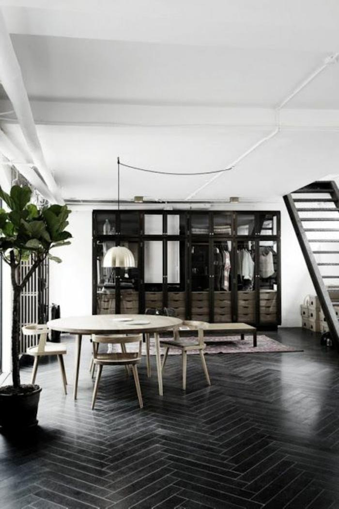 jolie-salle-de-sejour-avec-plante-verte-d-interieur-et-table-en-bois-clair-murs-blancs-blafond-blanc