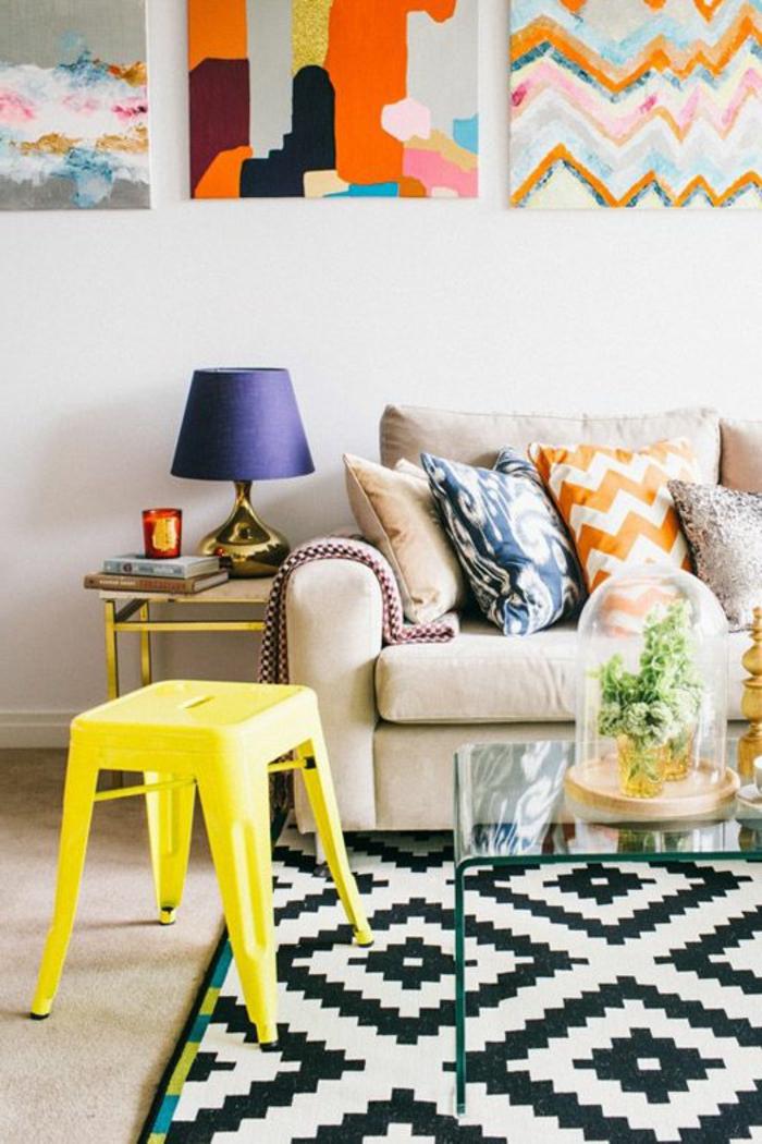 jolie-table-basse-ikea-conforama-table-basse-dans-le-salon-moderne-chaise-jaune-lampe-violette