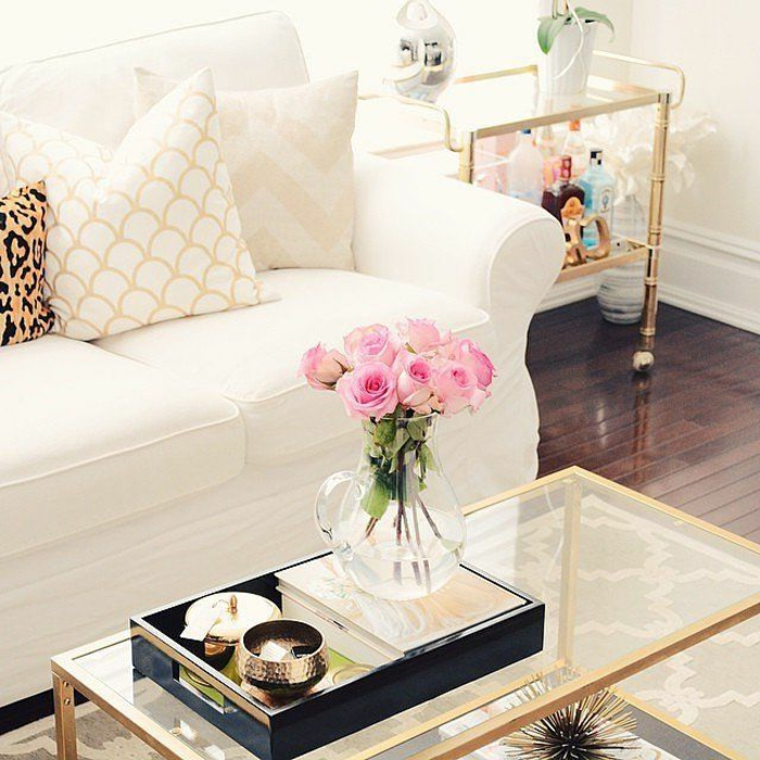 jolie-table-de-salon-en-verre-canape-beige-avec-coussins-decoratifs-comment-bien-choisir-la-table-de-salon