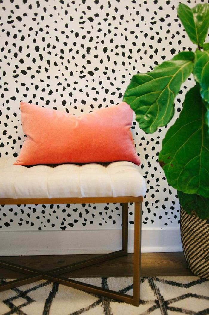jolie-tapisserie-noir-et-blanc-pour-les-murs-dans-le-couloir-moderne-avec-plante-verte