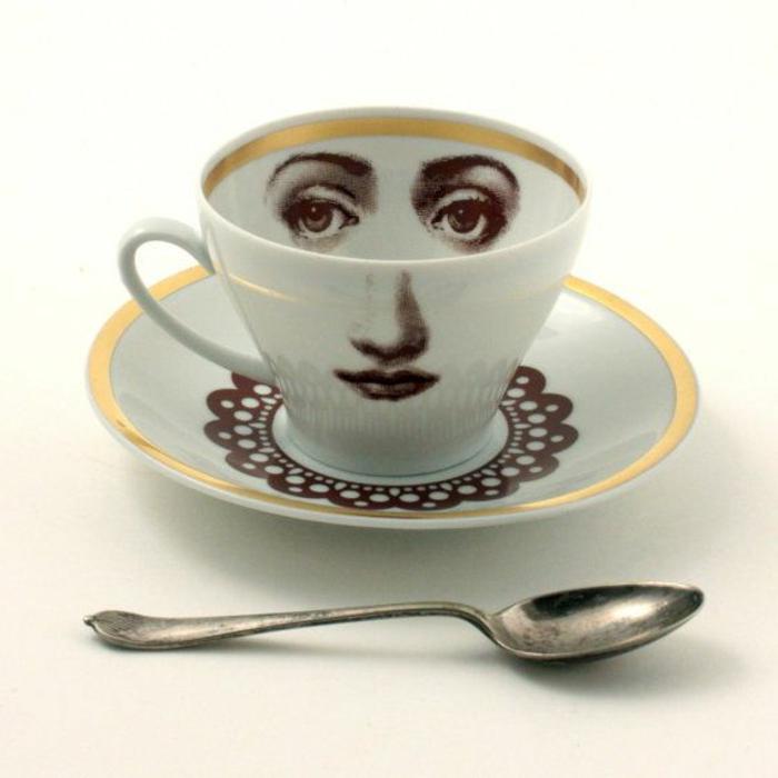 jolie-variante-pour-boire-du-cafe-avec-cette-jolie-tasse-à-café-nespresso-blanche