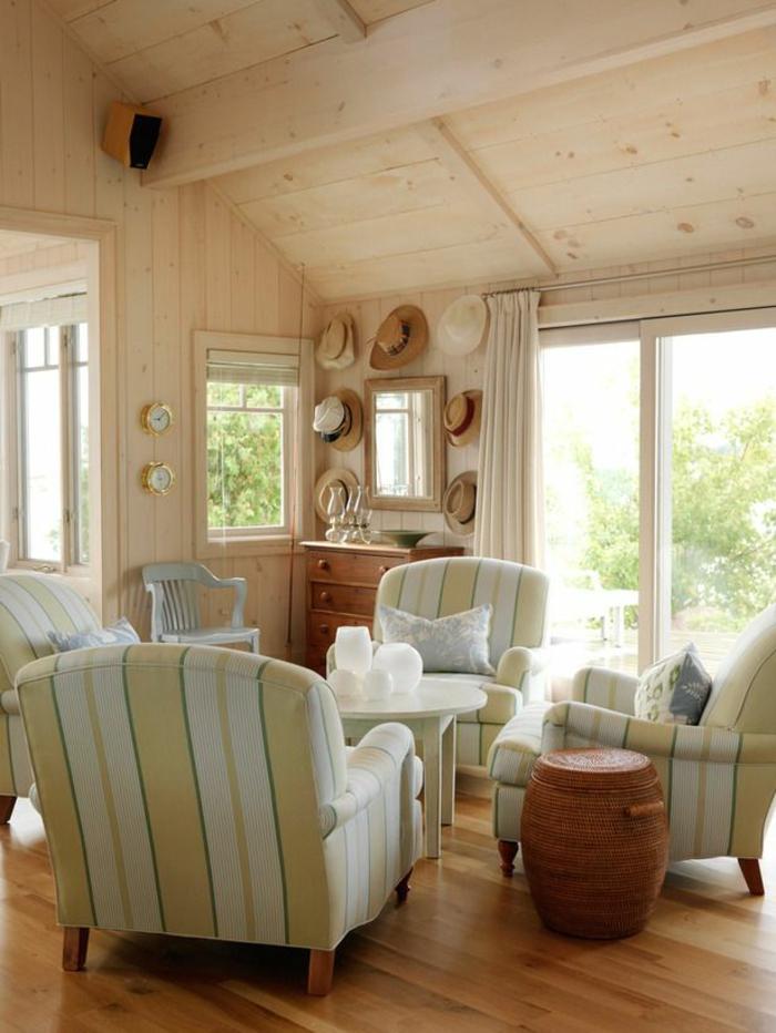 jolies-maisons-familiales-de-vacances-interieur-chic-rustique-canapes-colores-et-plafond-en-bois-clair-sous-pente
