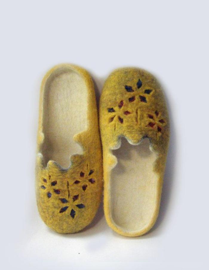 jolis-chausson-isotoner-pantoufles-hommes-de-couelur-jaune-comment-avoir-chaud-chez-vous