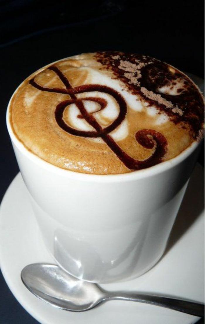 la-beaute-de-la-tasse-à-café-nespresso-blanche-avec-une-jolie-decoration-sur-la-surface