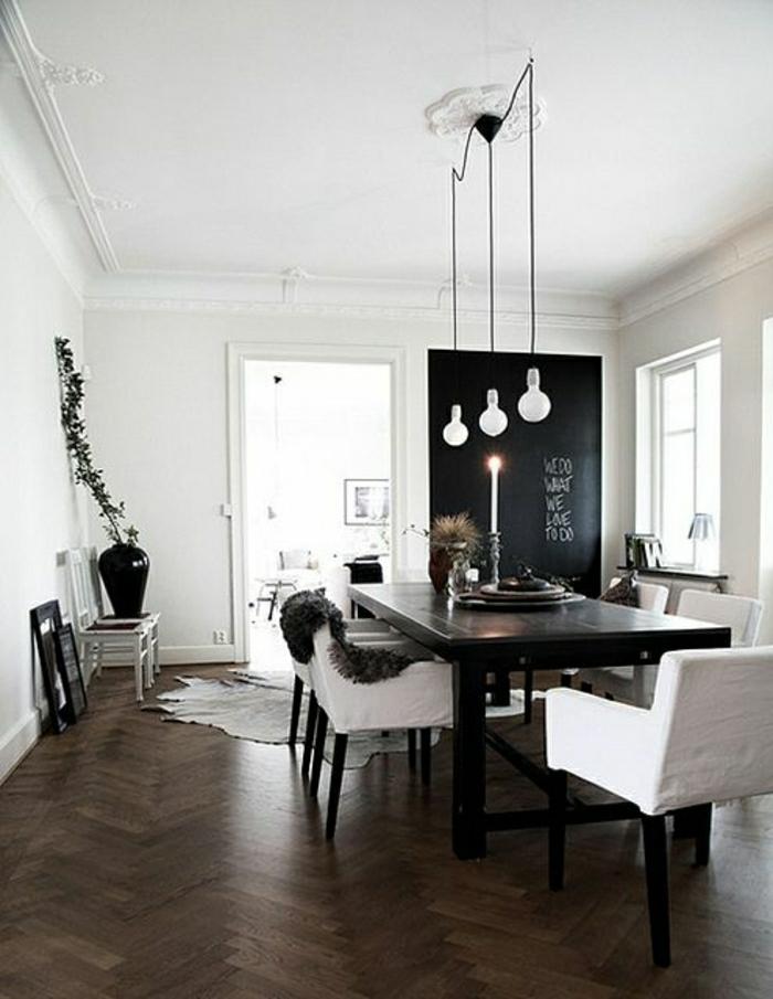 la-moulure-décorative-est-une-jolie-decision-pour-le-plafond-blanc-et-sol-en-parquet-foncé-table-et-chaises-balnches