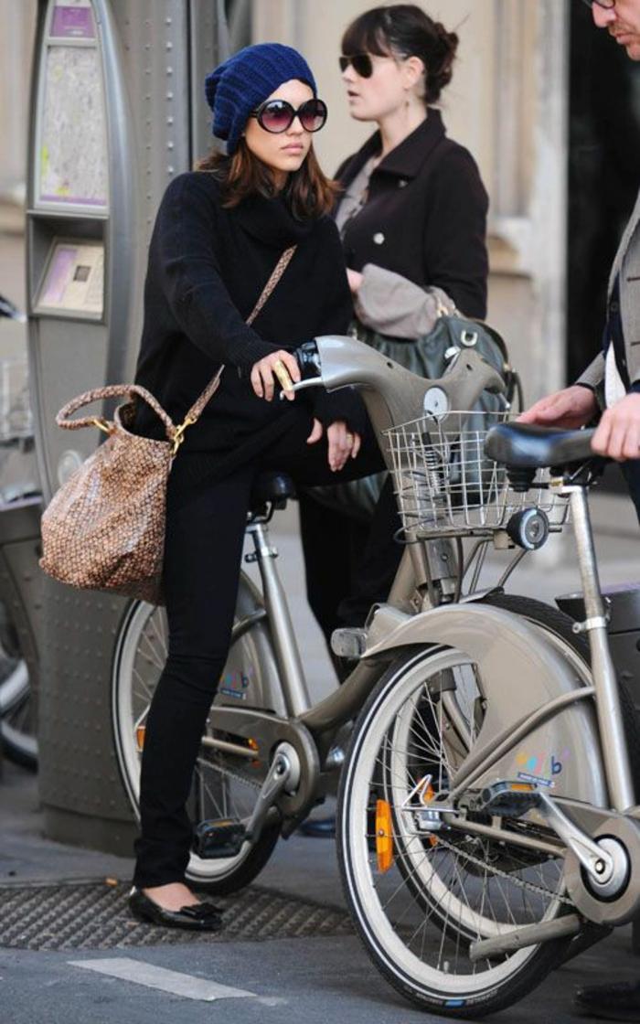 la-vespa-electrique-nouveau-modèle-écologique-roux-deux-bicyclette-femme-célebre