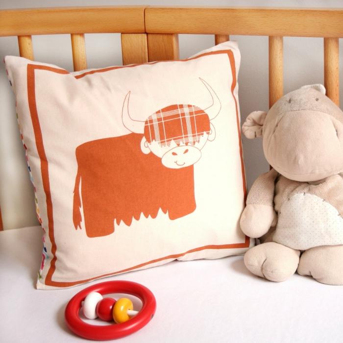 le-lit-dans-la-chambre-enfant-taie-oreiller-enfant-bull