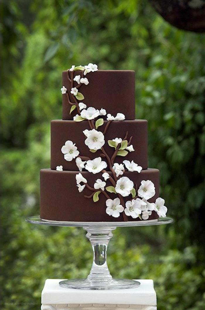 le-meilleur-gâteau-de-mariage-au-chocolat-et-decoration-en-fleurs-blancs-sur-la-wedding-cake