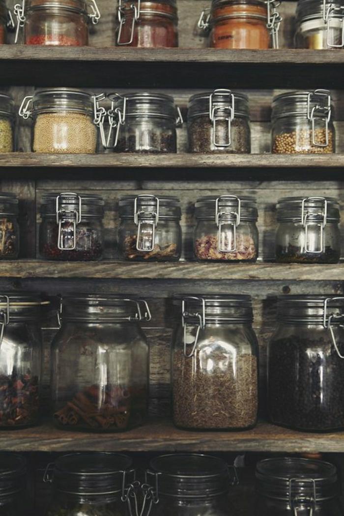 les-bocaux-en-verre-dans-la-cuisine-moderne-avec-etageres-en-bois-massif-les-bocaux-en-verre