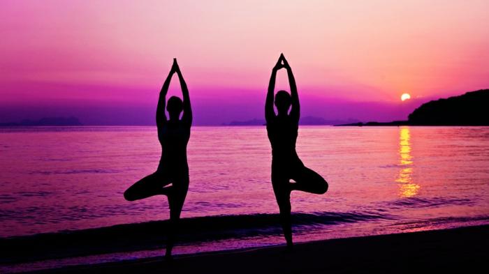 les-exercices-de-yoga-position-yoga-posture-cool-au-coucher-du-soleil