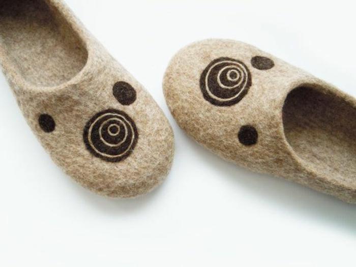 les-pantoufles-hommes-de-couleur-beige-comment-etre-a-la-mode-avec-les-pantoufles