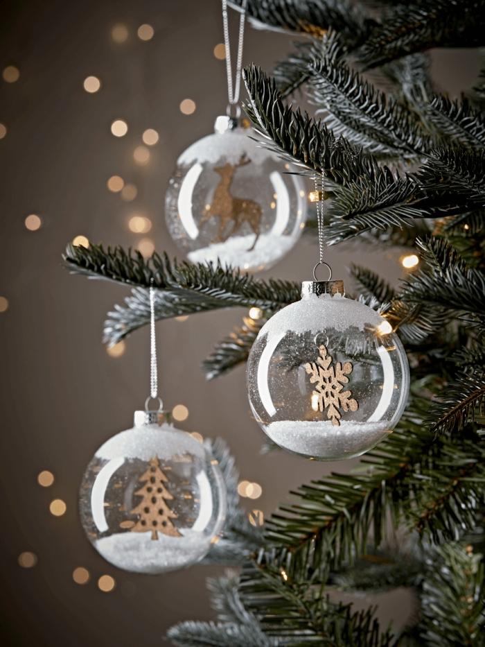 exemple comment customiser une boule de noel transparente, diy ornement style scandinave avec figurines en bois