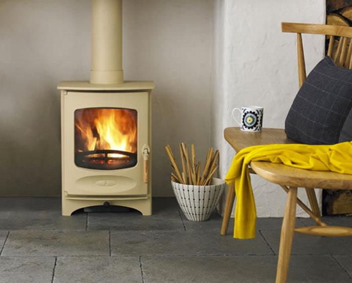 maison-design-d-intérieur-poêle-à-bois-salon-bien-aménagé-belle-idée-cheminée-jaune