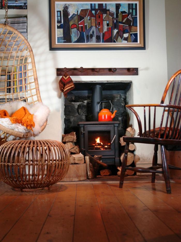maison-design-d-intérieur-poêle-à-bois-salon-bien-aménagé-belle-idée-détails-rouge-et-orange
