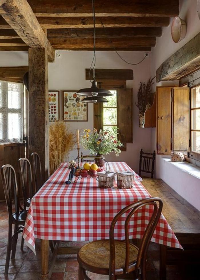 maison-familiale-et-rurale-avec-fleurs-champetres-sur-la-table-rustique-avec-chaises-de-table