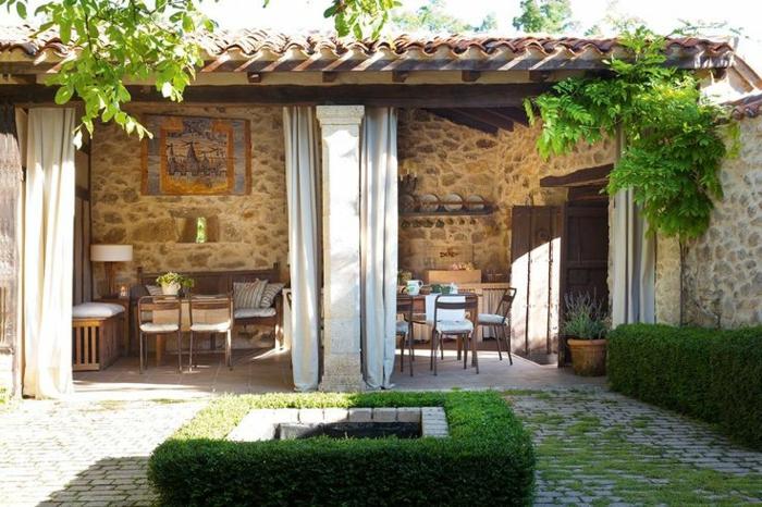 maisons-familiales-de-vacances-jardin-rustique-avec-pierres-jardin-avec-haie-vert