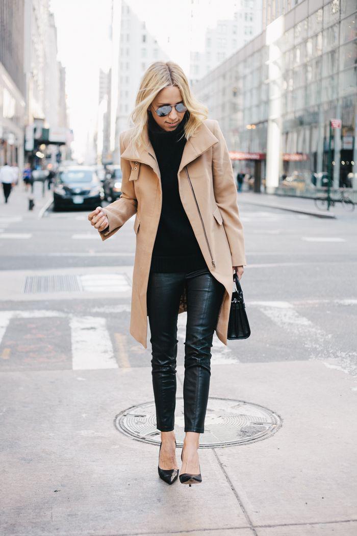manteau-camel-élégant-avec-pantalon-en-cuir-noir