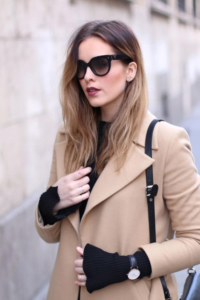 manteau-camel-associé-avec-des-accents-noirs