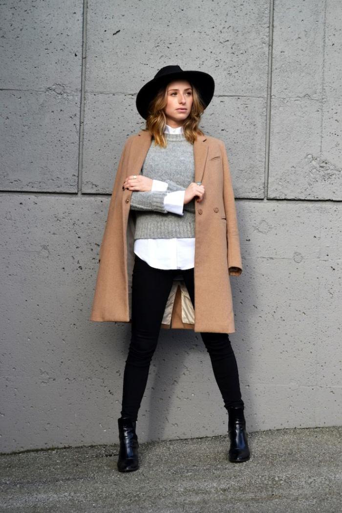 manteau-camel-associé-avec-le-noir-et-le-blanc