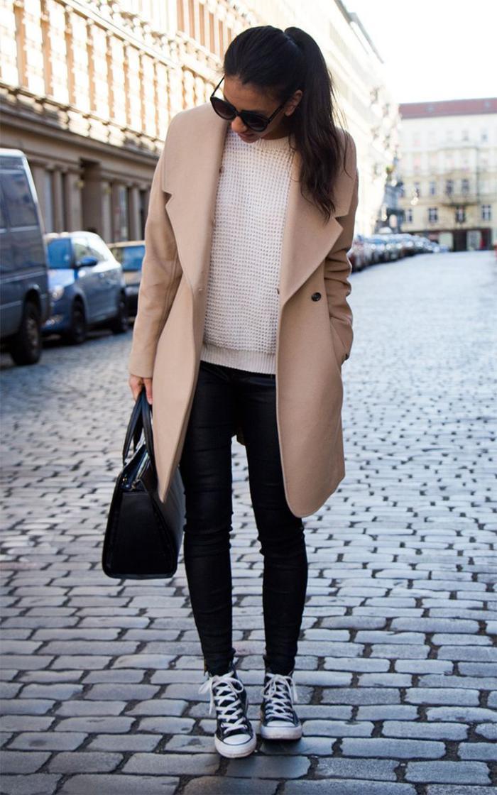 manteau-camel-associé-avec-un-simple-streetstyle-élégant