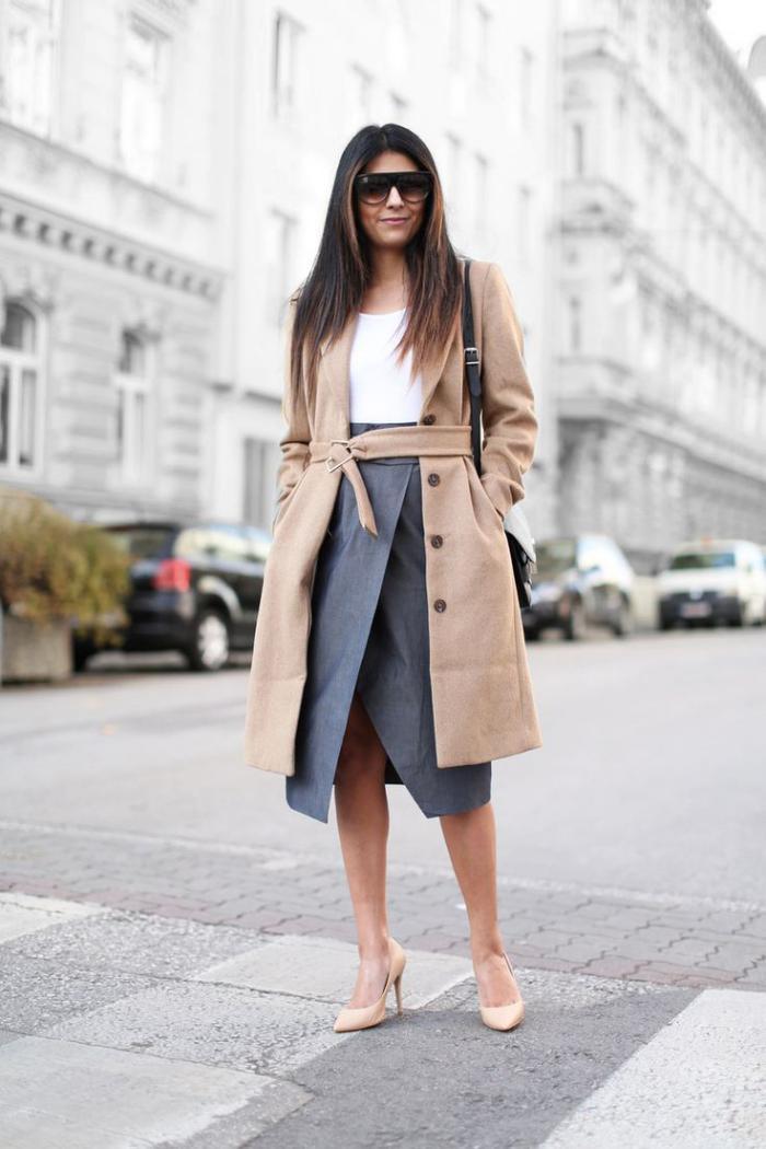 manteau-camel-avec-ceinture-et-boutonnière