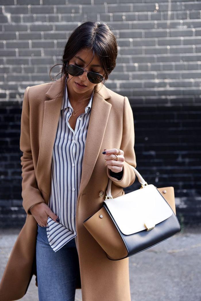 manteau-camel-beau-sac-élégant-et-chemise-à-rayures-noir-et-blanc