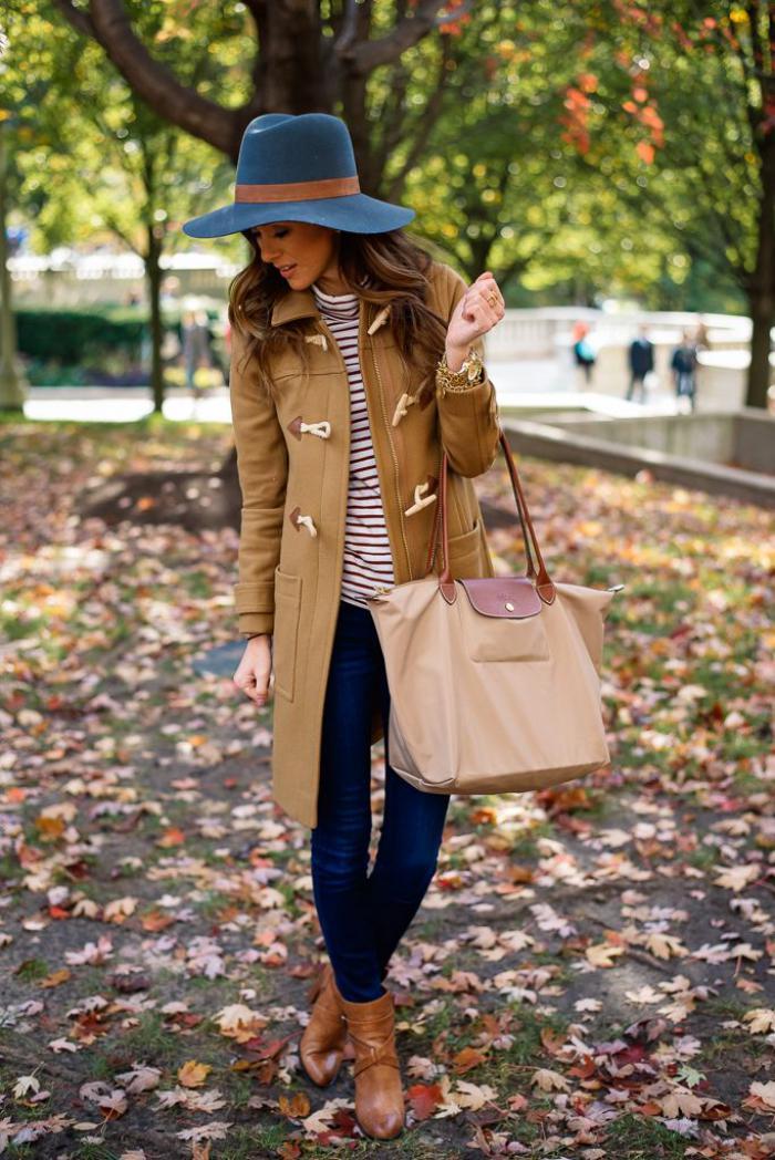 manteau-camel-bottes-marronnes-et-chapeau-bleu