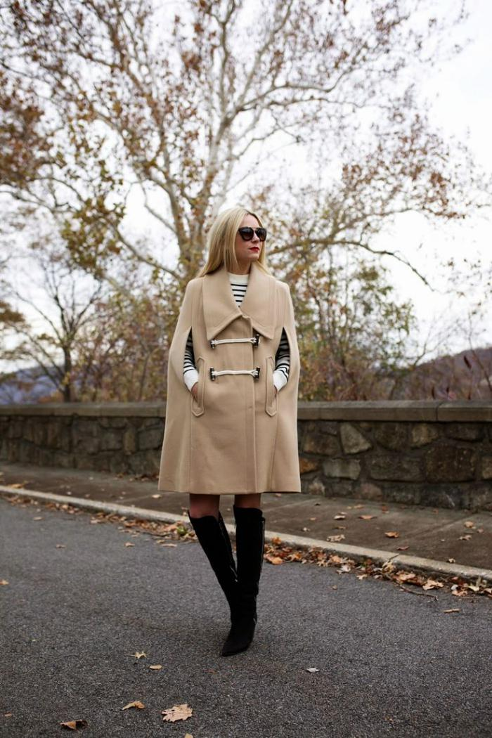 manteau-camel-cape-avec-bottes-noires-longues