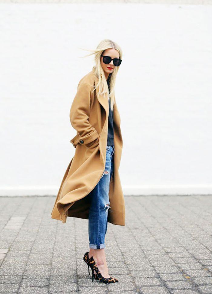 manteau-camel-escarpins-et-jeans-déchirés