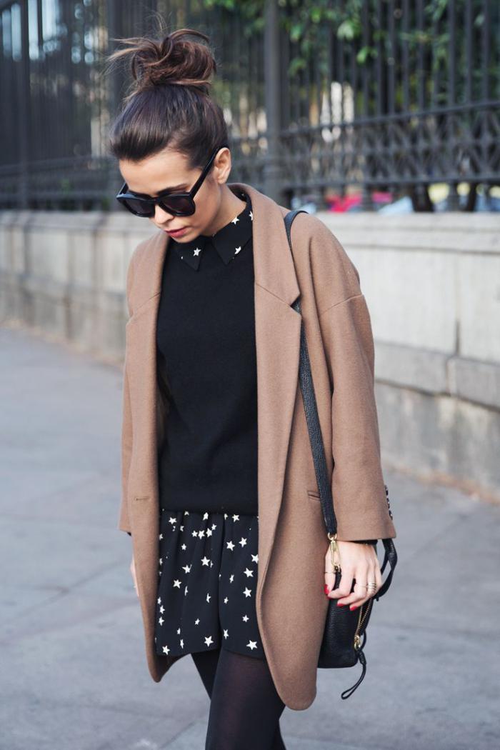 manteau-camel-et-tenue-noire-originale