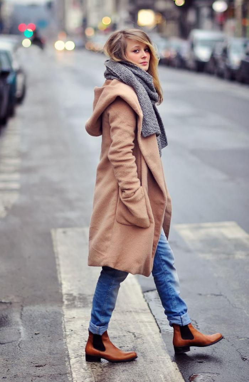manteau-camel-porté-avec-bleus-jeans
