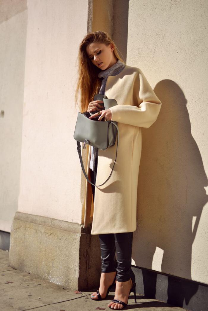 manteau-camel-porté-avec-un-sac-gris-pantalon-en-cuir-noir