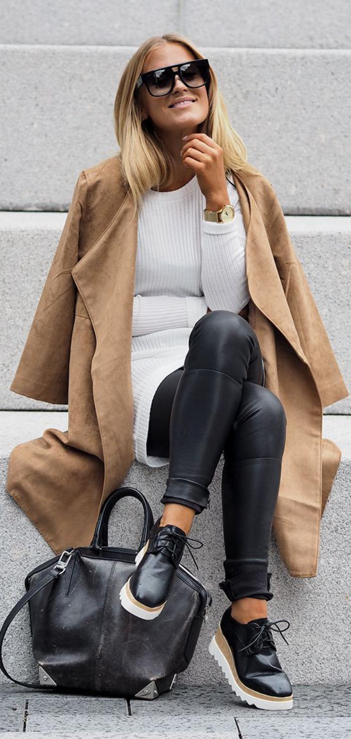 manteau-camel-pull-blanc-pantalon-en-cuir-chaussures-de-sport