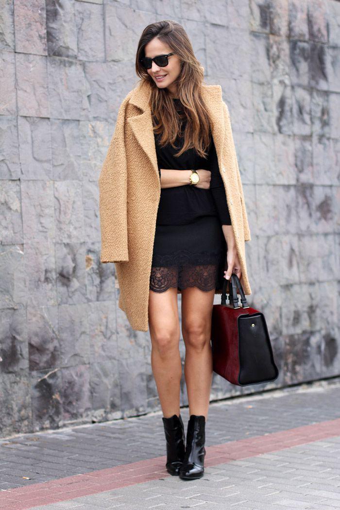 manteau-camel-robe-dentelle-noire-et-bottes-en-laque-noire