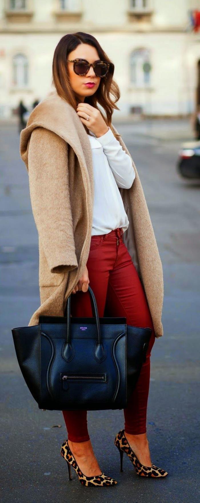 manteau-camel-sac-noir-et-pantalon-rouge