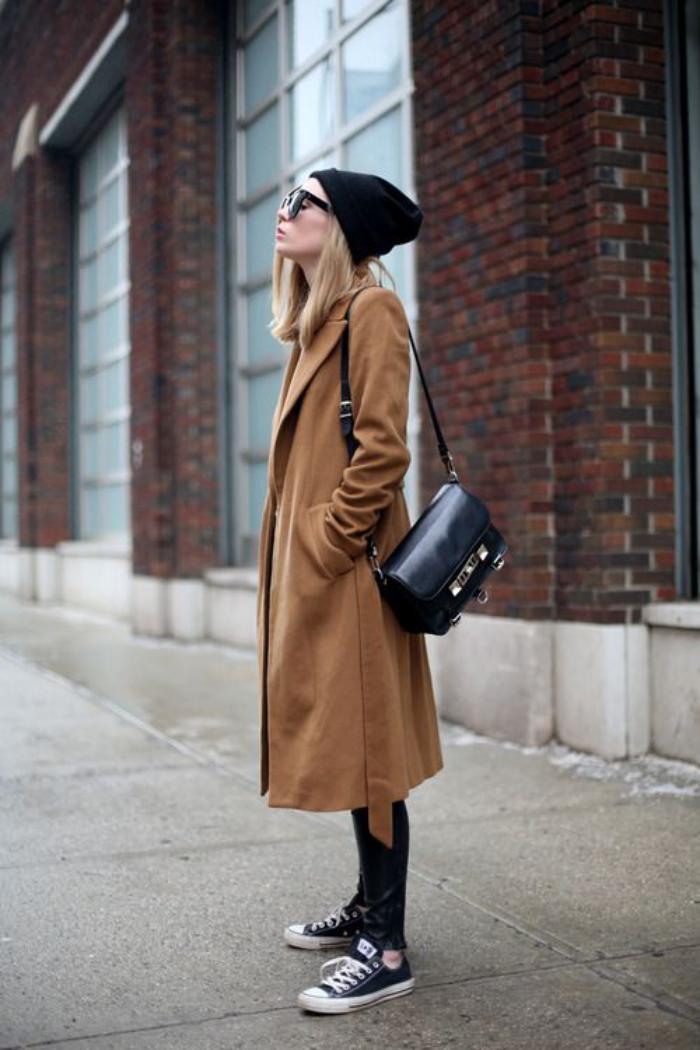 manteau-camel-streetstyle-sneakers-et-pantalon-en-cuir-noir