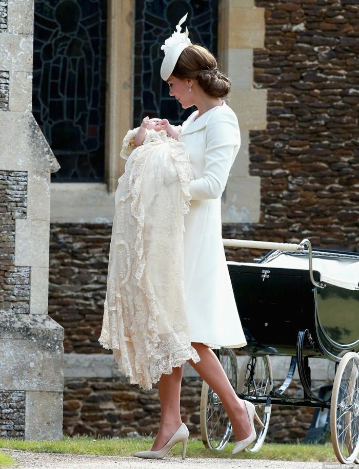 manteau-d-hiver-blanc-manteau-cintré-femme-modernes-vetements-blancs-modernes-porte-par-les-vedettes