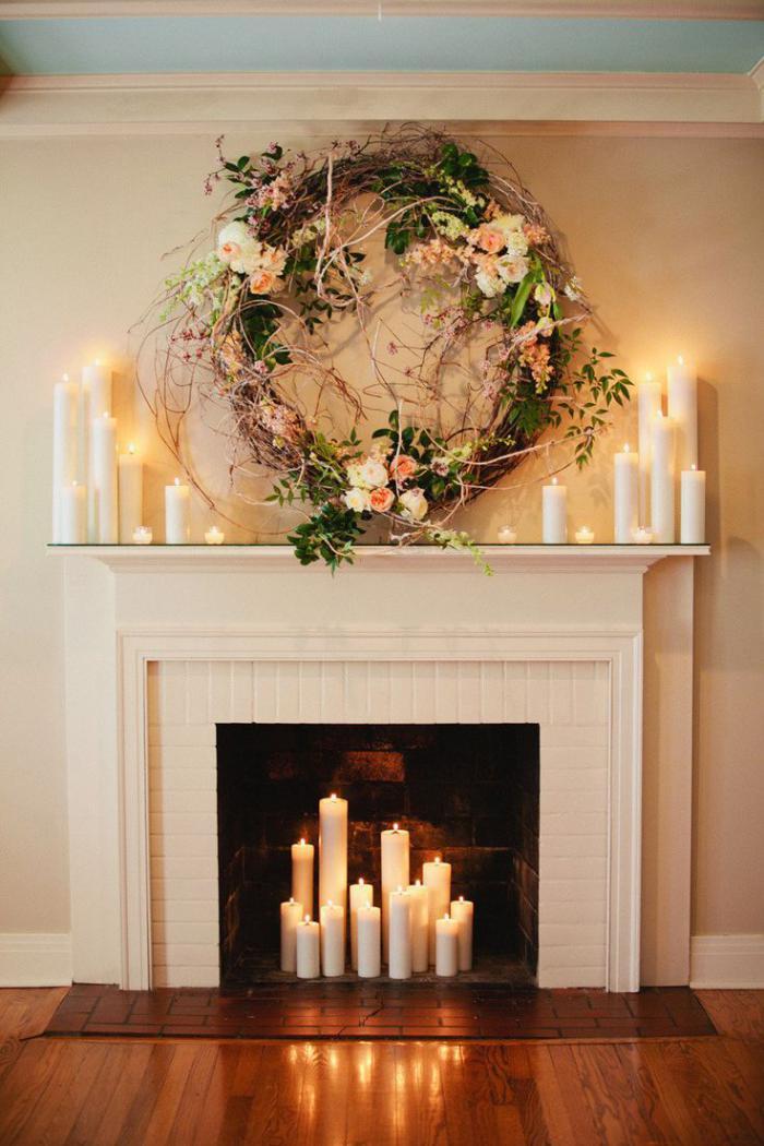 manteau-de-cheminée-blanc-forme-classique-décoration-florale-et-belles-bougies