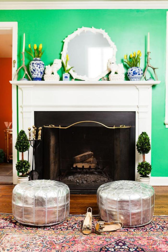 manteau-de-cheminée-blanc-un-mur-vert-tapis-et-poufs-orientaux
