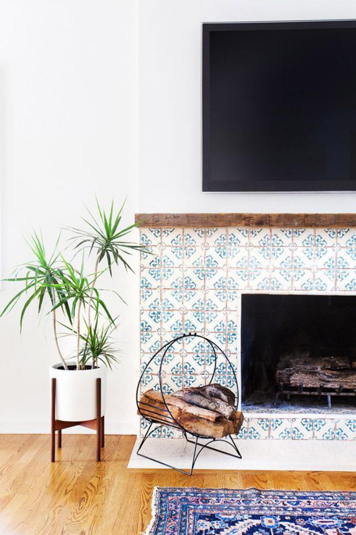 manteau-de-cheminée-carreaux-de-ciment-motifs-bleus-splendides