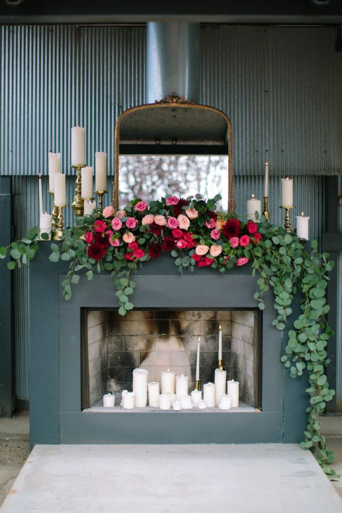 manteau-de-cheminée-décoré-de-bougies-et-de-roses