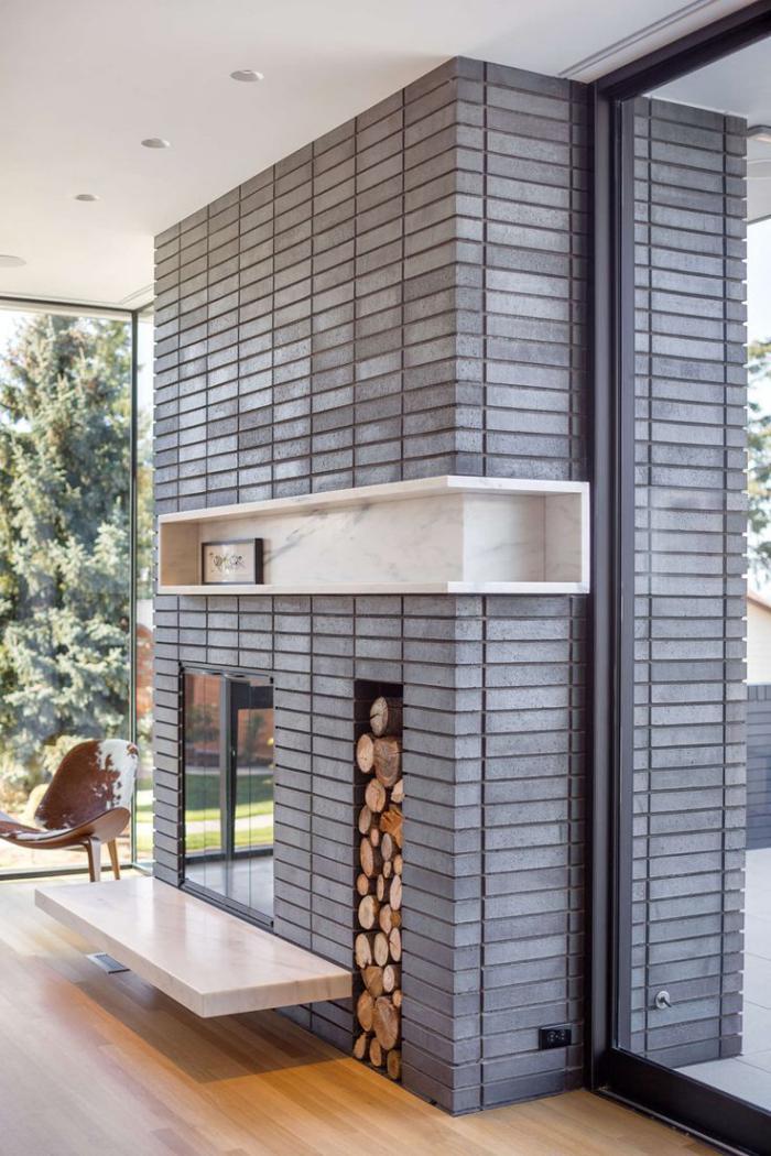manteau-de-cheminée-en-gris-grande-cheminée-avec-espace-rangement-de-buches