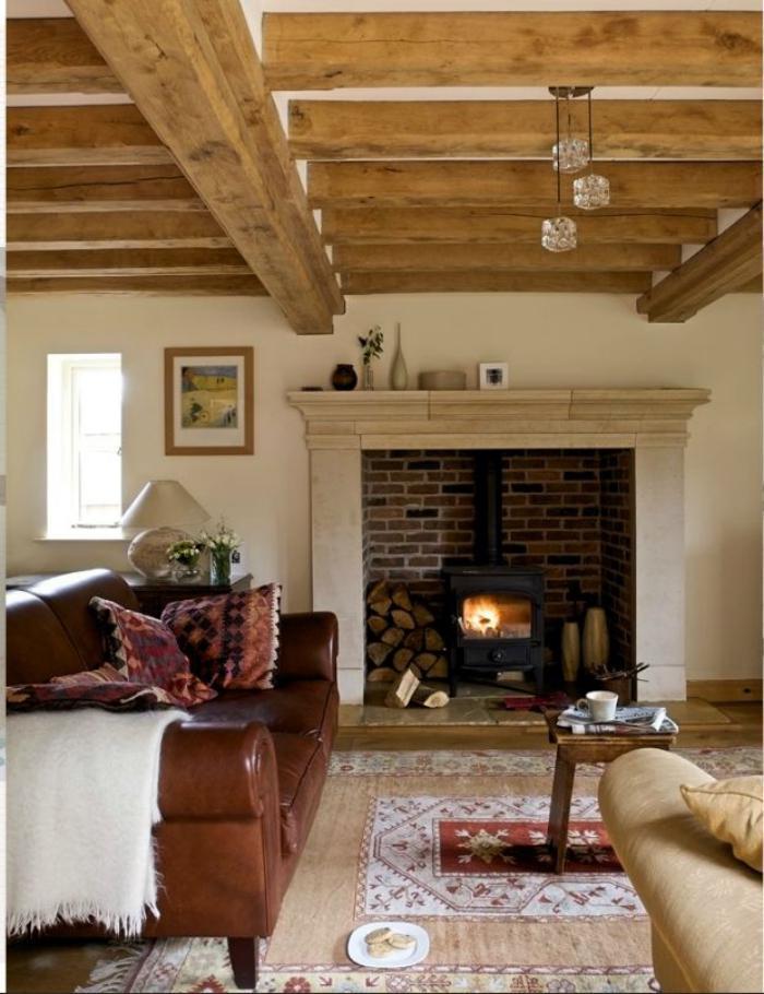 manteau-de-cheminée-et-poêle-rustique-plafond-poutres-en-bois