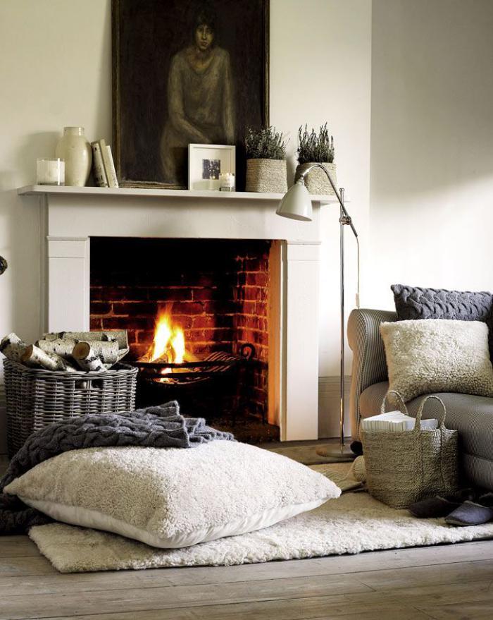 manteau-de-cheminée-jolie-cheminée-avec-manteau-blanc-corbeille-avec-buches