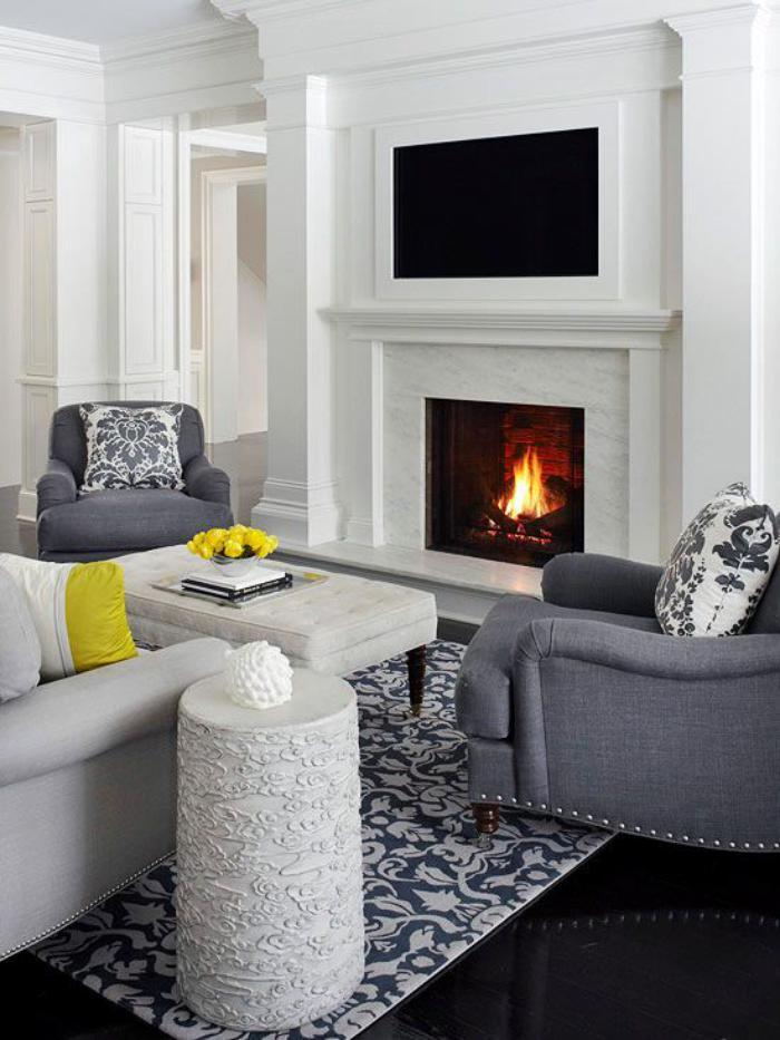 manteau-de-cheminée-mural-fauteuils-gris-intérieur-monochrome