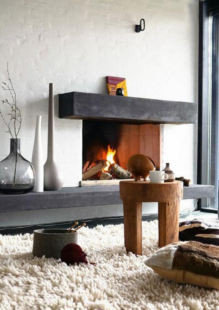manteau-de-cheminée-original-déco-avec-grandes-vases-et-tapis-moelleux