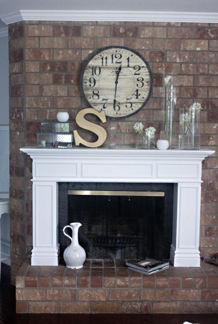manteau-de-cheminée-parement-briques-horloge-murale
